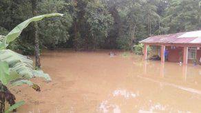 Unas 10 familias afectadas por inundaciones en sectores de Colón