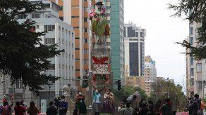 Activistas visten con falda andina estatua de Isabel la Católica en Bolivia