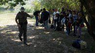 """El secretario dijo que Texas """"no tiene autoridad para interferir"""" con los amplios poderes del gobierno en materia de inmigración, y planteó la posibilidad de demandar si la orden no es retirada."""