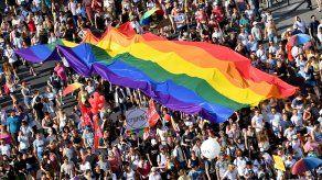 En al caso de Hungría, la Comisión cuestiona la reciente adopción de una ley que prohíbe o limita el acceso a contenidos que promuevan la divergencia de la identidad con relación al sexo de nacimiento.