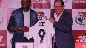 Dely ratifica a Román Torres como capitán para la Copa Oro