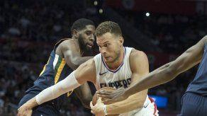Clippers doblegan a Jazz y siguen invictos