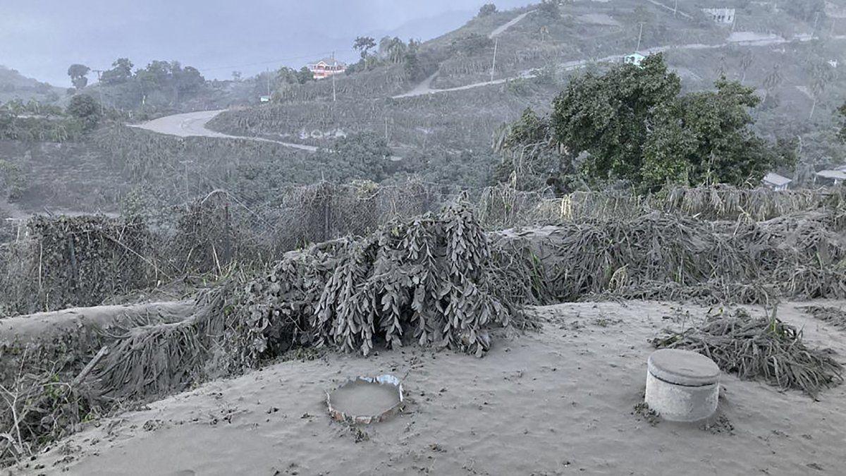 La erupción inicial del volcán La Soufriere, el volcán más elevado de San Vicente y las Granadinas, escupió cenizas calientes y humo a unos 6.000 metros de altura en la mañana del viernes.