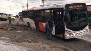 Unidad de Mi Bus cae en hueco a la altura de Las Mañanitas y afecta tráfico