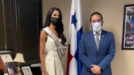 Carmen Jaramillo es recibida por el Cónsul de Panamá en Miami, Ricardo Gaitán