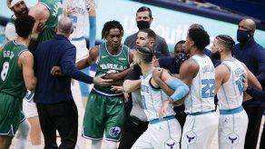 NBA multa a 3 jugadores por gresca en partido Mavs-Hornets