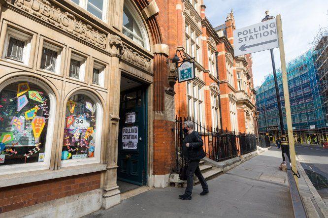 Los colegios electorales abrieron en una cita con las urnas que aglutina el mayor número de comicios regionales y locales en el Reino Unido desde 1973