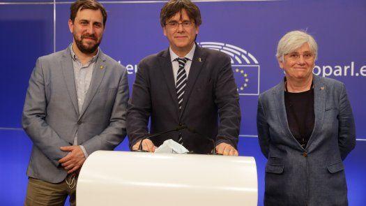 El expresidente de la Generalitat Carles Puigdemont, al que el Tribunal General de la Unión Europea ha retirado este viernes la inmunidad parlamentaria, y los otros dos eurodiputados de JxCAT, Toni Comín (i), y Clara Ponsatí (d).