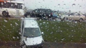 Vehículo sedán quedó en cuneta en el Corredor Sur hacia la ciudad