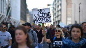 Centenares de personas seguían concentradas durante la tarde en el centro de la capital británica protetando contra el pasaporte de vacunas.