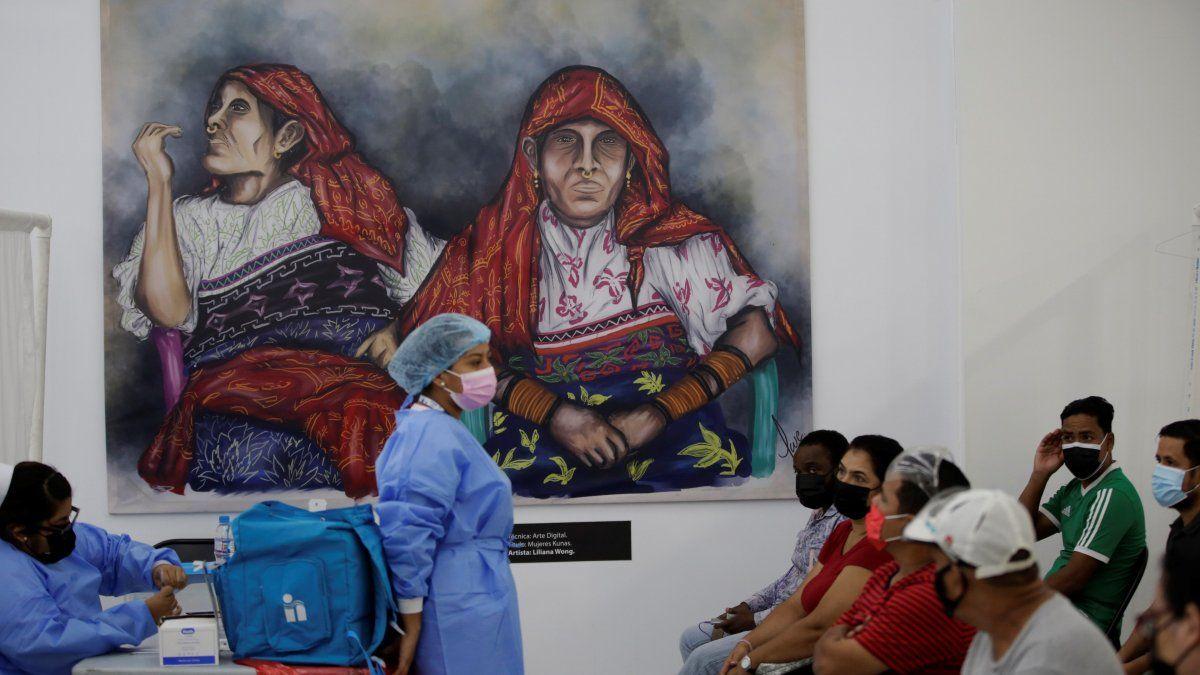 Nieto, quien recomienda una vacunación masiva, destacó que la inmunización reduce la carga viral.