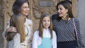 Las reinas de España aparecen charlando juntas