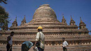 Soldados y vecinos retiran escombros tras sismo en Mianmar