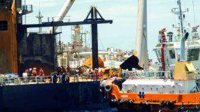 Sri Lanka detiene derrame de crudo del petrolero incendiado cerca de su costa