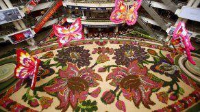 Un tapiz con 189.000 flores y mariposas en vuelo pinta de colores a Medellín