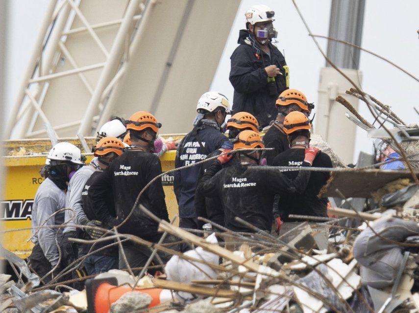 Los equipos de búsqueda y rescate buscan posibles sobrevivientes y recuperan restos en el edificio de condominios Champlain Towers South