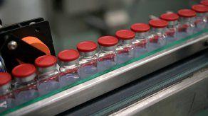 Firman un acuerdo con Moderna para adquirir 500 millones de dosis de su vacuna anticovid.