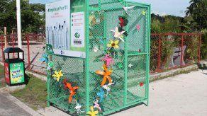 Colocan jaulas para depósito de botellas de plástico para impulsar el reciclaje