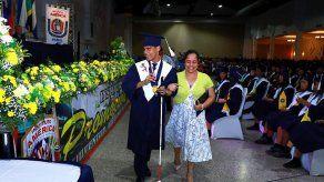 Joven con discapacidad visual se gradúa ocupando el primer puesto de honor en el Instituto América