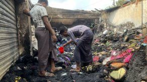Un incendio mata a 3 cerca de un campo rohinya en Bangladesh