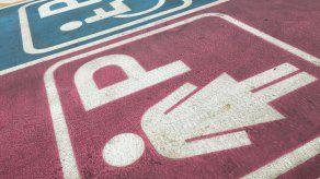 Municipio italiano causa escándalo al reservar estacionamientos para mujeres europeas