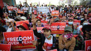 Fallece una mujer baleada durante una protesta en Myanmar