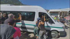 Atacan a patadas y pedradas camioneta que transportaba al presidente argentino