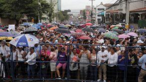 Marchan en apoyo al presidente hondureño por denuncia de uso de dinero narco