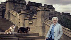 La reina Isabel II ha dado la bienvenida a dos nuevos perritos