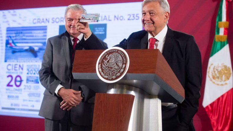 López Obrador adquiere el primer número de la rifa por el avión presidencial