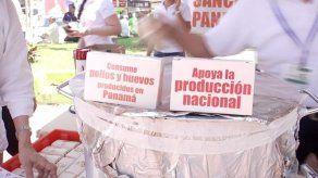 Avicultores reparten sancocho y huevos durante protesta contra las importaciones