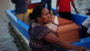 Familias de 27 pescadores ahogados en Honduras claman por ayuda en el sepelio