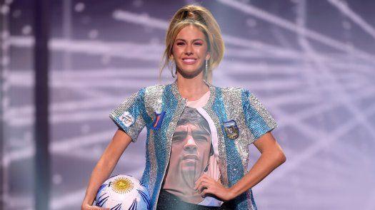 Alina Luz Akselrad, Miss Argentina, le rindió un tributo a Diego Armando Maradona durante la competencia de trajes típico de Miss Universo 2020.