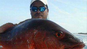 Capturan enorme pez en playa de Boca Chica en Chiriquí