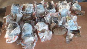 Decomisan presunta droga envuelta en pañales desechables en un basurero de La Joya