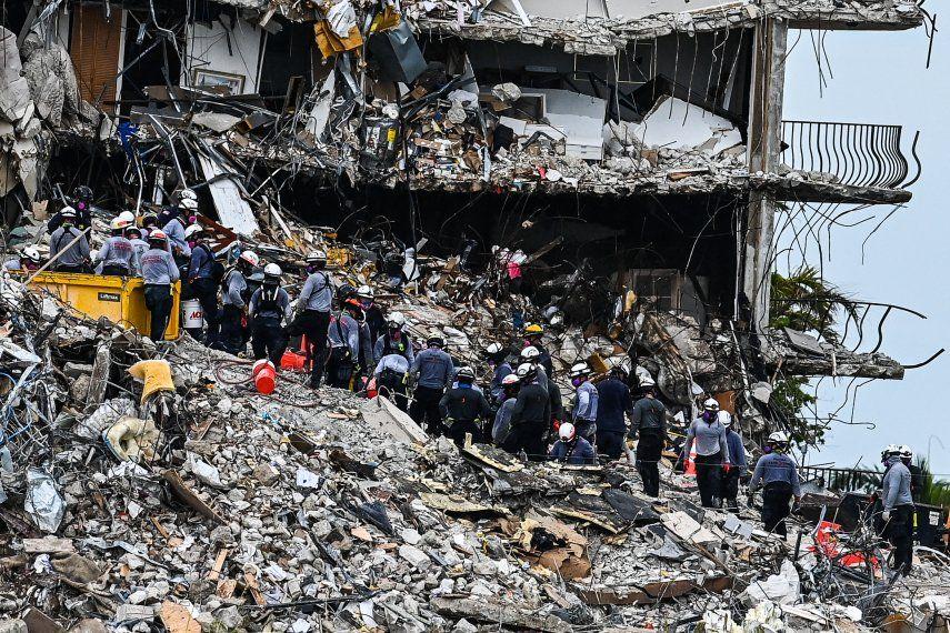 Los equipos de búsqueda y rescate buscan posibles sobrevivientes en el edificio de condominios Champlain Towers South de 12 pisos parcialmente derrumbado el 29 de junio de 2021 en Surfside
