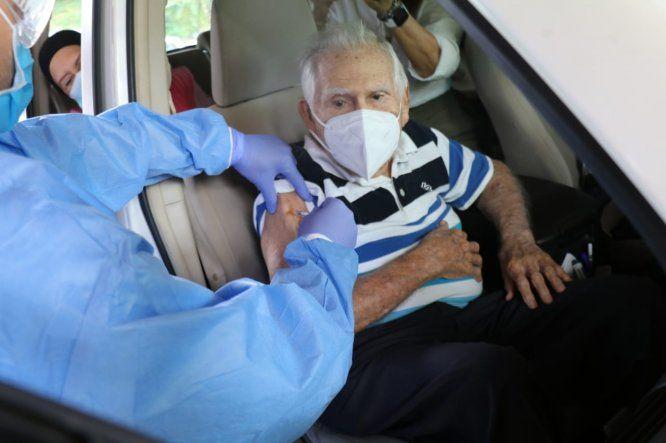Los adultos mayores y personas con discapacidad del circuito 8-8 que recibieron su primera dosis de la vacuna contra covid-19 en el Parque Omar
