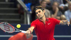 Federer recorta su diferencia con Djokovic tras ganar en Basilea