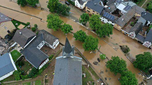 Los vecinos de las regiones de Alemania más castigadas, como Bélgica, Holanda y Luxemburgo, los servicios de rescate continúan buscando a decenas de desaparecidos.