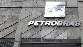 Acciones de Petrobras se hunden a su menor valor en 10 años y desploman la bolsa de Sao Paulo