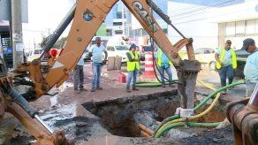 Varios sectores sin agua por daño de una tubería en Vía Brasil