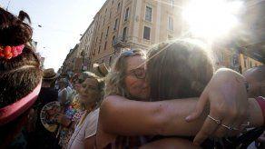 Miles participan en marchas de orgullo alrededor del mundo