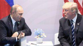 Sonrisas y apretones de mano en encuentro Trump-Putin