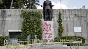 Miami: 7 detenidos por vandalismo al atacar estatua de Colón