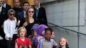 Brad Pitt y Angelina Jolie buscan gangas en Navidad