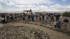 Rescatan segundo cuerpo del lodo tras deslave en Bolivia