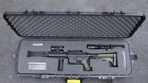 Abuelo recibe rifle de asalto en vez de juguete de Navidad
