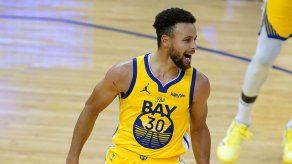 Curry rompe marca con 62 puntos; Warriors vencen a Blazers