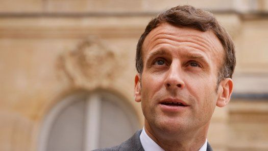 Macron tomó la palabra después de una tercera jornada de protestas callejeras por el nuevo certificado sanitario que sacó a la calle a unas 200.000 personas en toda Francia el sábado.