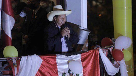 El profesor y exlíder sindical, Pedro Castillo reconoció la valentía de sus personeros en las mesas de votación y saludó la vigilia ciudadana por la democracia.